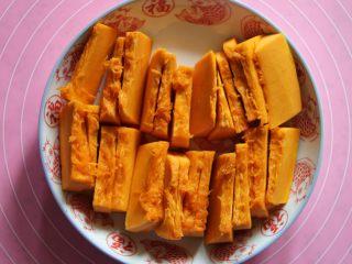 香煎南瓜饼,南瓜去皮去瓤切块装盘,上锅蒸(我放在电饭煲的蒸笼上蒸的)。