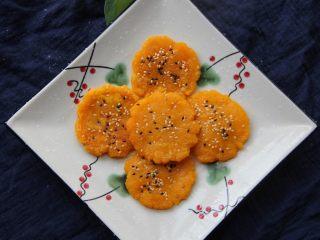 香煎南瓜饼,让小圆球滚滚芝麻再按平再下锅煎也可以的。