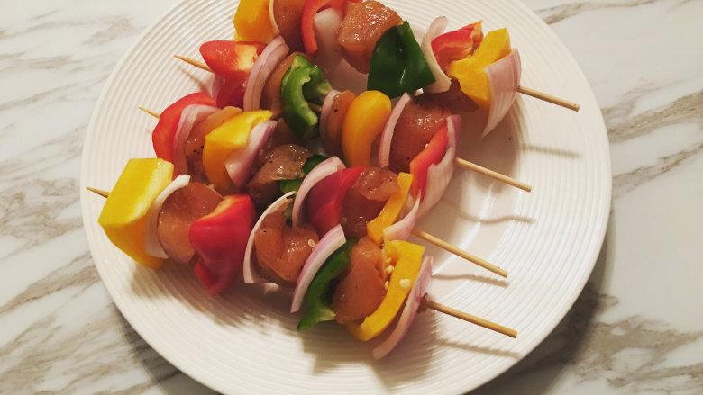 越吃越瘦的杂蔬菜撸串,准备好竹签将杂蔬菜与腌制好的鸡胸肉块按照自己喜欢的比例串好;