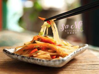 凉拌土豆丝,用筷子搅拌均匀