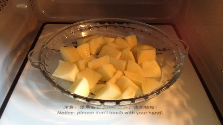 地三鲜,土豆块放进微波炉,高火叮2分20秒(差不多七成熟)