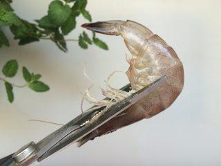 黑椒干锅虾,剪去虾枪、虾足