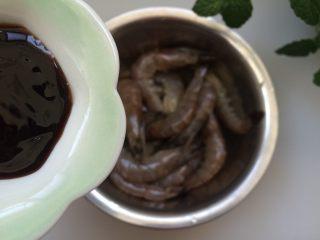 黑椒干锅虾,处理好的虾中加入料酒、老抽、蚝油、白糖、生抽