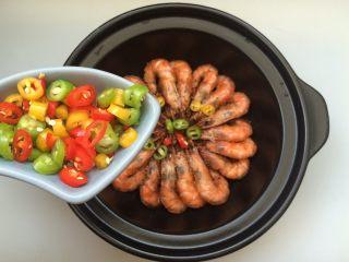黑椒干锅虾,撒上彩椒碎,就可以上桌了