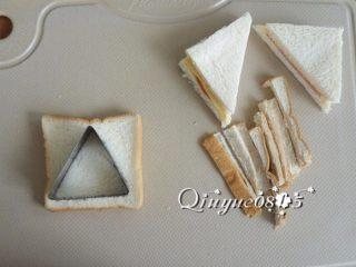 火腿西多士 ,土司去边,切成三角形状(对角线切一刀或用模具切开)