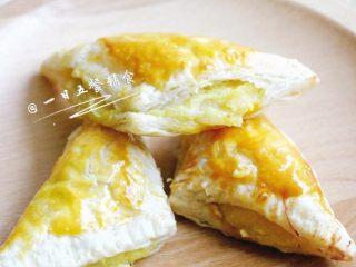 榴莲酥 宝宝辅食,飞饼皮+鸡蛋液,在表面都刷上一层蛋液。放入预热好180度的烤箱,烤20分钟左右到表面金黄即可。