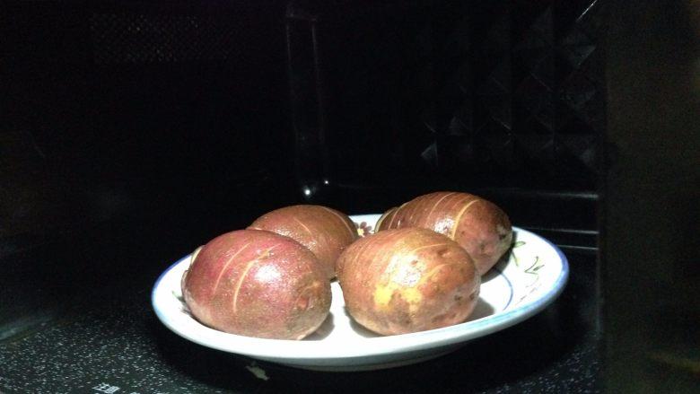 培根风琴烤土豆#辣味#,入微波炉高火约5分钟至熟(中途记得翻2次使土豆受热均匀)