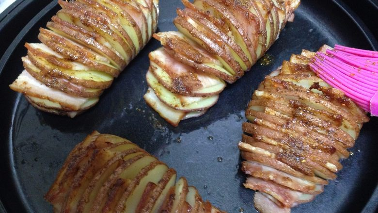 培根风琴烤土豆#辣味#, 中途记得再刷依次刷料