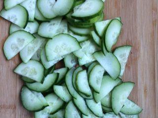 腐竹拌黄瓜,黄瓜整个一切2半,在切片。