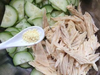 腐竹拌黄瓜,加入鸡精少许。
