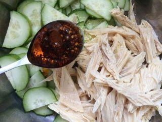 腐竹拌黄瓜,加入适量的辣椒油。