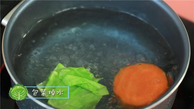 蒸虾糕,加入包菜,焯水2分钟后捞出。</p> <p>ps:包菜焯水能除去里面的草酸哦~