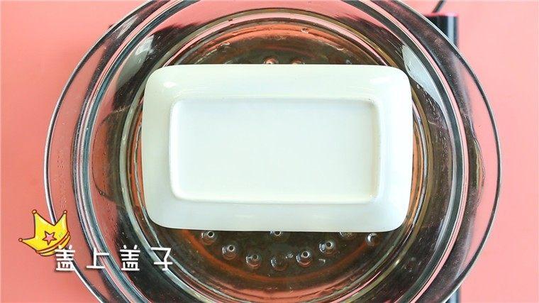 蒸虾糕,盖上盘子,冷水入锅蒸10分钟。 ps:盖盘子能有效的防止水蒸气回流,能增加虾糕的成功率。