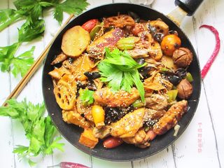 三汁焖锅,撒上香菜和白芝麻。绝对是口味和颜值担当的待客好菜
