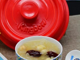 砂锅银耳莲子汤,砂锅盖子不要盖太紧,可以稍微露一些缝出来,防止溢锅。  如果是新鲜莲子,到最后丢进来煮几分钟就可以。