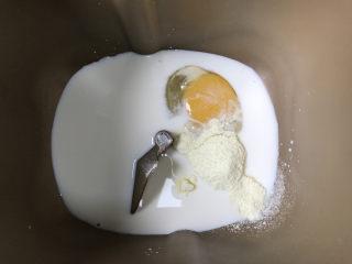 12连汉堡小面包,面包桶内放入鸡蛋—牛奶—细砂糖—盐—奶粉,细砂糖和盐分别放在不同的角落。