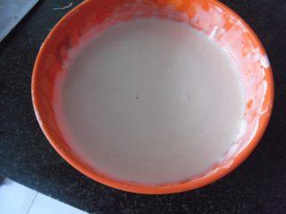 焦熘茄条,先兑制脆皮糊,面粉加玉米淀粉,加泡打粉,加水搅拌成能流淌的粘稠面糊,再加2羹匙植物油,搅拌均匀,静置20分钟即可使用