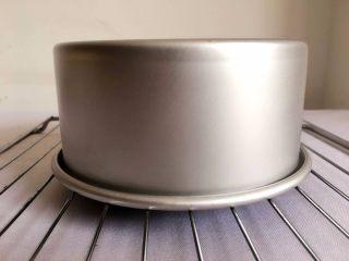 【无烤箱版】黑米蛋糕,蒸好以后不要急着拿出来 在锅里闷5分钟 然后倒扣冷却架上 完全冷却后切块