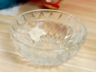 荆楚大地,吃鱼不见鱼——鲜美鱼糕,取一小块绞打好的鱼绒放到清水里,如果鱼绒是漂浮状态,说明已经绞打成功了