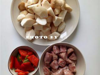 杏鲍菇炒香肠,杏鲍菇、香肠洗净后,分别切滚刀状;甜椒、青椒去蒂去籽,洗净切块;