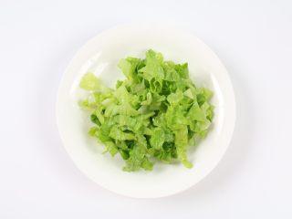 自制鸡蛋青菜肠粉,生菜清洗干净后切碎。
