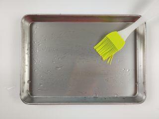 自制鸡蛋青菜肠粉,用油刷在蒸盘上刷上薄薄的一层食用油。