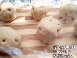 象形土豆包子,捏出不规则的形状 盖上保鲜膜发酵至2倍大