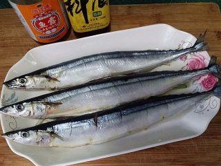 豆豉辣酱蒸秋刀鱼,放入腌好的秋刀鱼、再滴入鱼露和料酒
