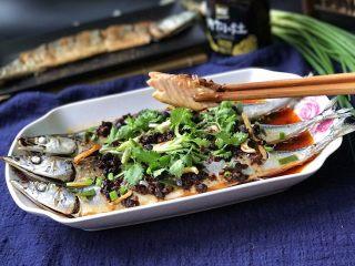 豆豉辣酱蒸秋刀鱼,看:鱼肉真的细嫩哟