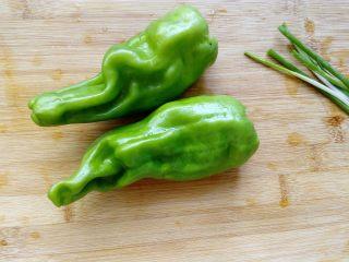 抱蛋青椒毛豆, 两只青椒去籽。