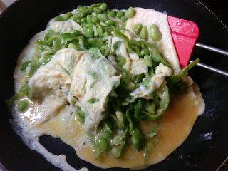 抱蛋青椒毛豆,锅底的蛋液凝固了,用铲子从底部铲起翻面。