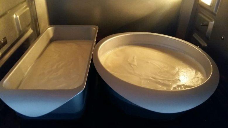 入口即化的棉花蛋糕,放入烤箱。烤箱提前上下管170度预热5分钟,烤盘里装上热水,这是用水浴法烤的。 烤盘放在中下层,放入后上下管170度烤10分钟,然后上管1