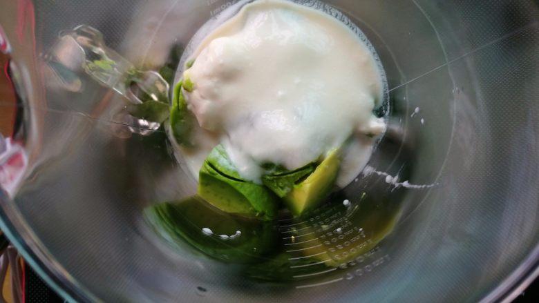 塑身美颜牛油果奶昔&牛油果蛋黄酱,加入牛油果肉、自己做的老酸奶、盐