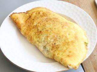 日式蛋包饭,盖上另外一半鸡蛋,盛起。