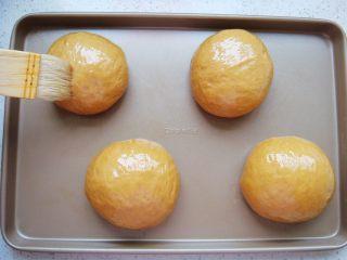 葡萄干红糖软欧,表面均匀的刷上一层食用油。