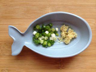 金沙豆腐,准备好葱花、姜末