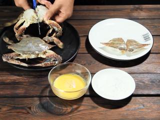 酱烧螃蟹,掰掉外壳,从螃蟹中间剪断