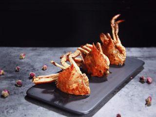 酱烧螃蟹,大火炖开调小火,时不时摇晃一下锅子,煮至5—7分钟即可。