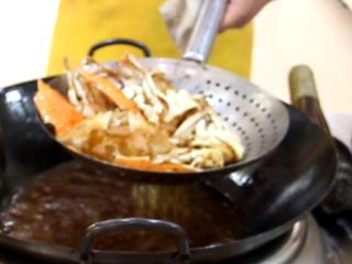 咖喱蟹,锅内加油烧开放入蟹块和壳炸成金黄色捞出。