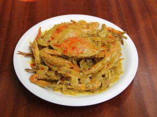 咖喱蟹,勾芡出锅装盘、把壳放在上面作为装饰、淋上红油辣子即可。