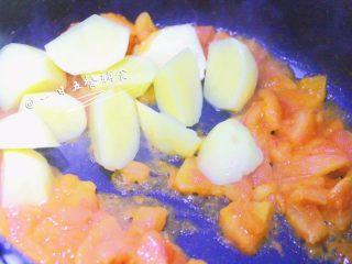 番茄土豆汤 宝宝辅食,酸甜可口营养高,炒出红红的汁,放入土豆翻炒。