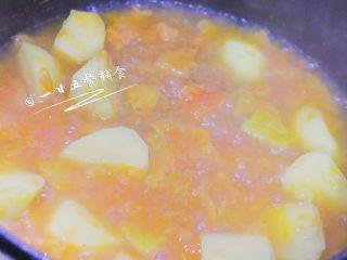 番茄土豆汤 宝宝辅食,酸甜可口营养高,翻炒均匀后加2小碗热水。