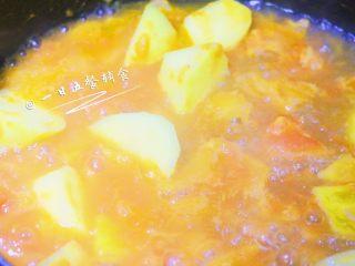 番茄土豆汤 宝宝辅食,酸甜可口营养高,大火烧至沸腾后,小火煮15分钟,1岁以上可少加点盐出锅。