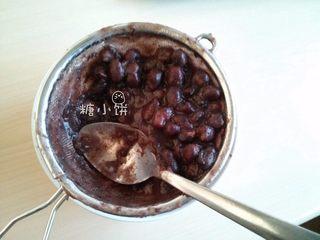 【斑纹豆沙莲蓉月饼】自制红豆沙+白莲蓉,因为红豆有皮,所以不用搅拌机直接过筛,用勺子碾压,在过筛的过程中也把豆皮滤掉了