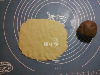 【斑纹豆沙莲蓉月饼】自制红豆沙+白莲蓉,用手把每种馅料都压扁,大约成矩形的样子
