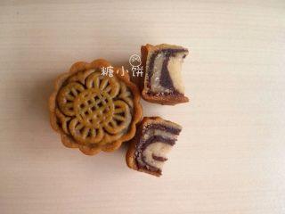 【斑纹豆沙莲蓉月饼】自制红豆沙+白莲蓉,成品切开效果图:图上款是竖条纹效果,下款是横条纹效果。 条纹方向取决于馅料成型时候的方向。