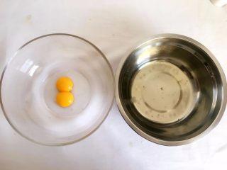 手指饼干,鸡蛋蛋清蛋黄分离; TIPS1:准备2个干净无水无油的大盆, 一个放蛋清一个放蛋黄, 放蛋清的盆要稍大些;
