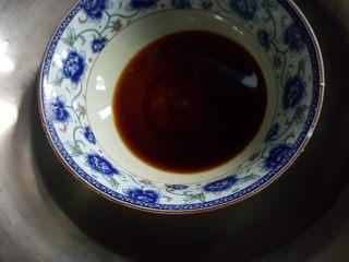 清蒸大闸蟹,9.将蘸料放在蒸锅中,隔水蒸至白砂糖融化。