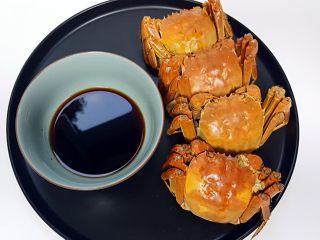 清蒸大闸蟹,12.将蘸料放在小碗中,旁边放螃蟹摆盘,就可以开吃啦。