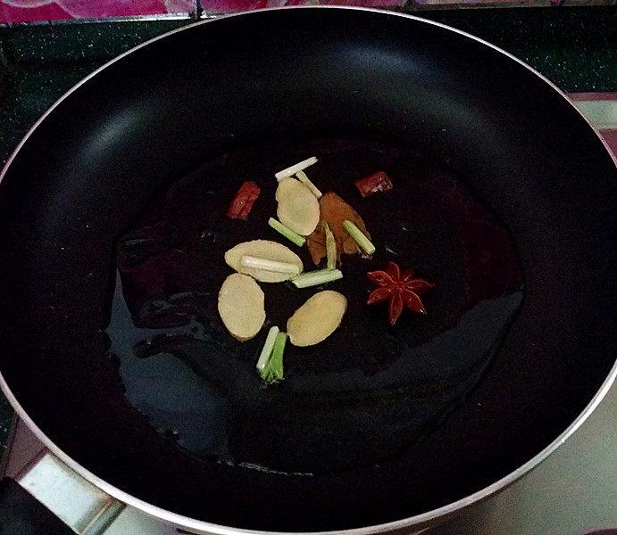 糖醋五花肉,锅热倒油,爆香葱姜调料后盛起